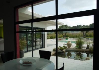 Baies vitrées dans une villa contemporaine