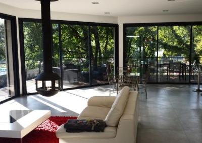 Menuieries aluminium dans un séjour contemporain