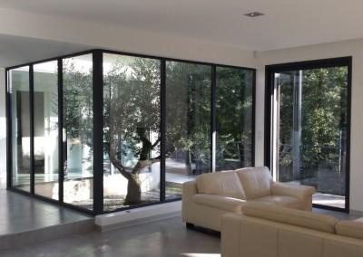 Baies vitrées dans un séjour contemporain