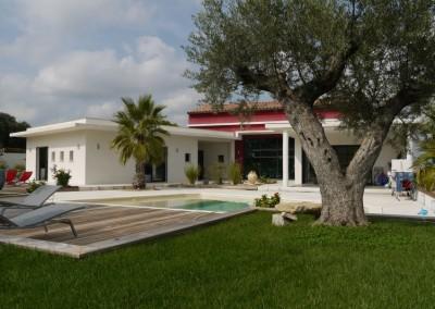 Baies vitrées dans une villa contemporaine avec piscine