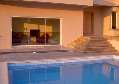 Baie vitrée donnant sur une piscine