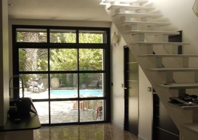 Baie vitrée en aluminium dans une cour intérieure
