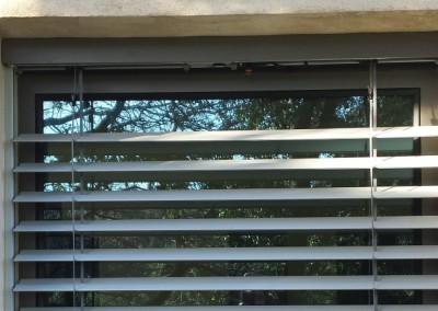 Store extérieur à lamelle sur fenêtre en aluminium