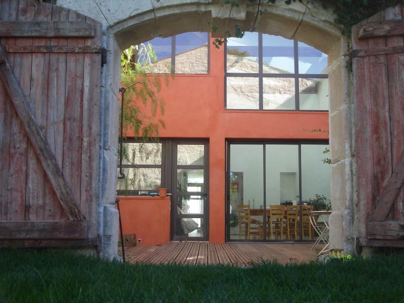 Façade extérieure d'un chai rénové en style contemporain