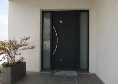 Porte d'entrée contemporaine dans une villa