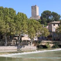 La tour médiévalle de Sommières dominant le fleuve Vidourle