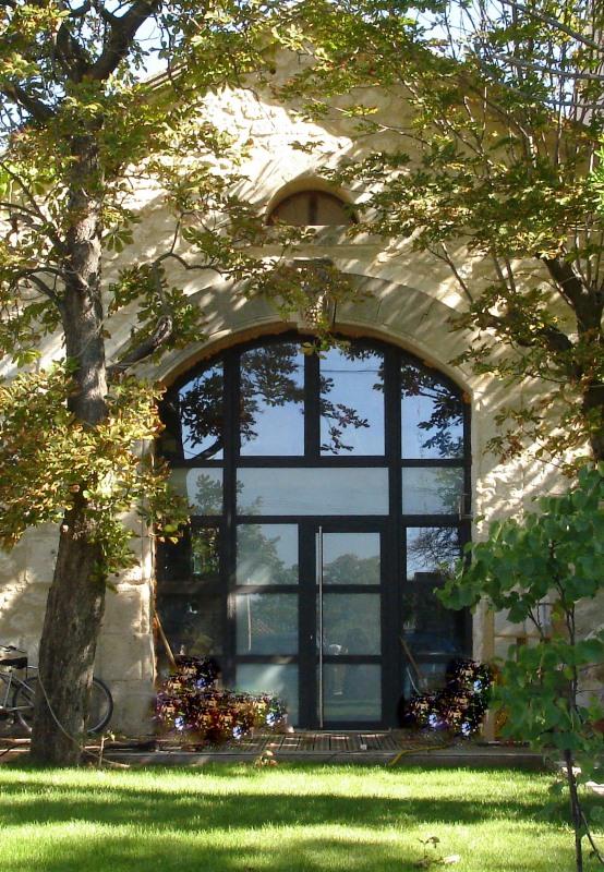 Façade extérieur d'un chai rénové en style contemporain