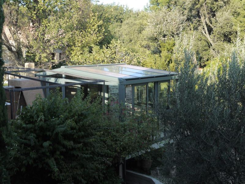 Véranda sur pilotis dans un jardin méditerranéen